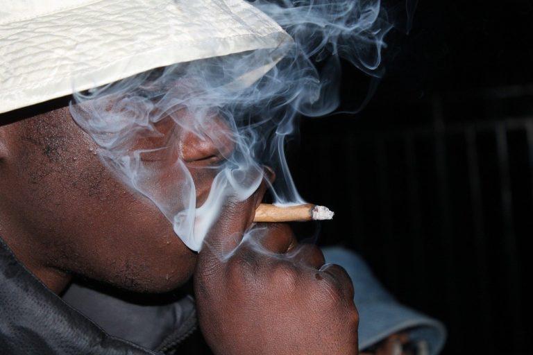 גבר מעשן ג׳וינט
